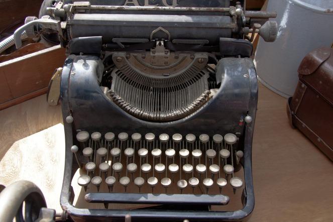 typewriter-465390_1920